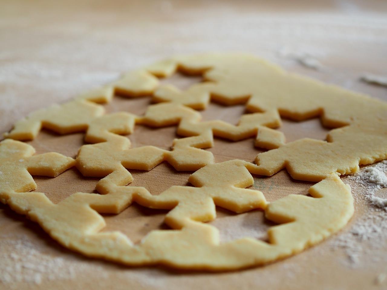 Картинки вырезаем печенье