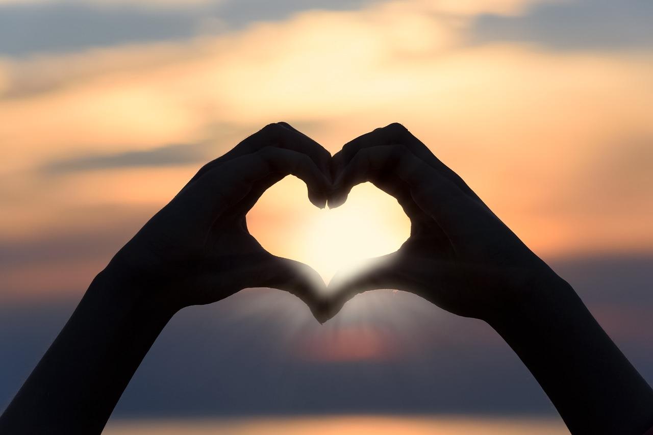 Весенние, картинки сердце в руках